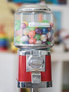 Tapferkeitsmünzen für die jungen Patienten im Zahnärzte-Zentrum Zehlendorfer Welle