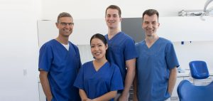 Das Team des Zahnärzte-Zentrums Zehlendorfer Welle: Dr. Dirk Mankow, Tram Ho, Alexander Zinke und Dr. Sven Feuerböther