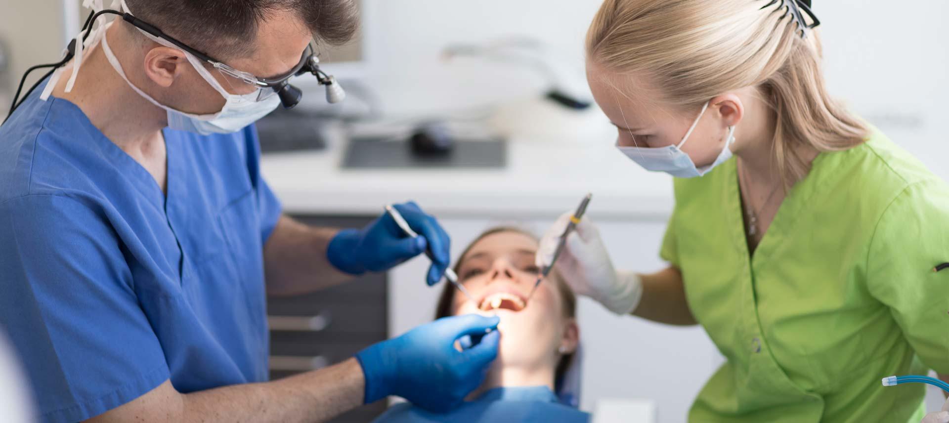 ZZZW: Professionelle Zahnreinigung ist wichtig – vor allem bei Zahnersatz
